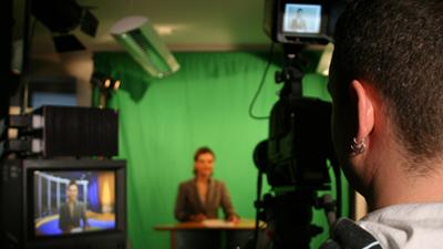 Kameramann mit Moderatorin im Studio von JenaTV
